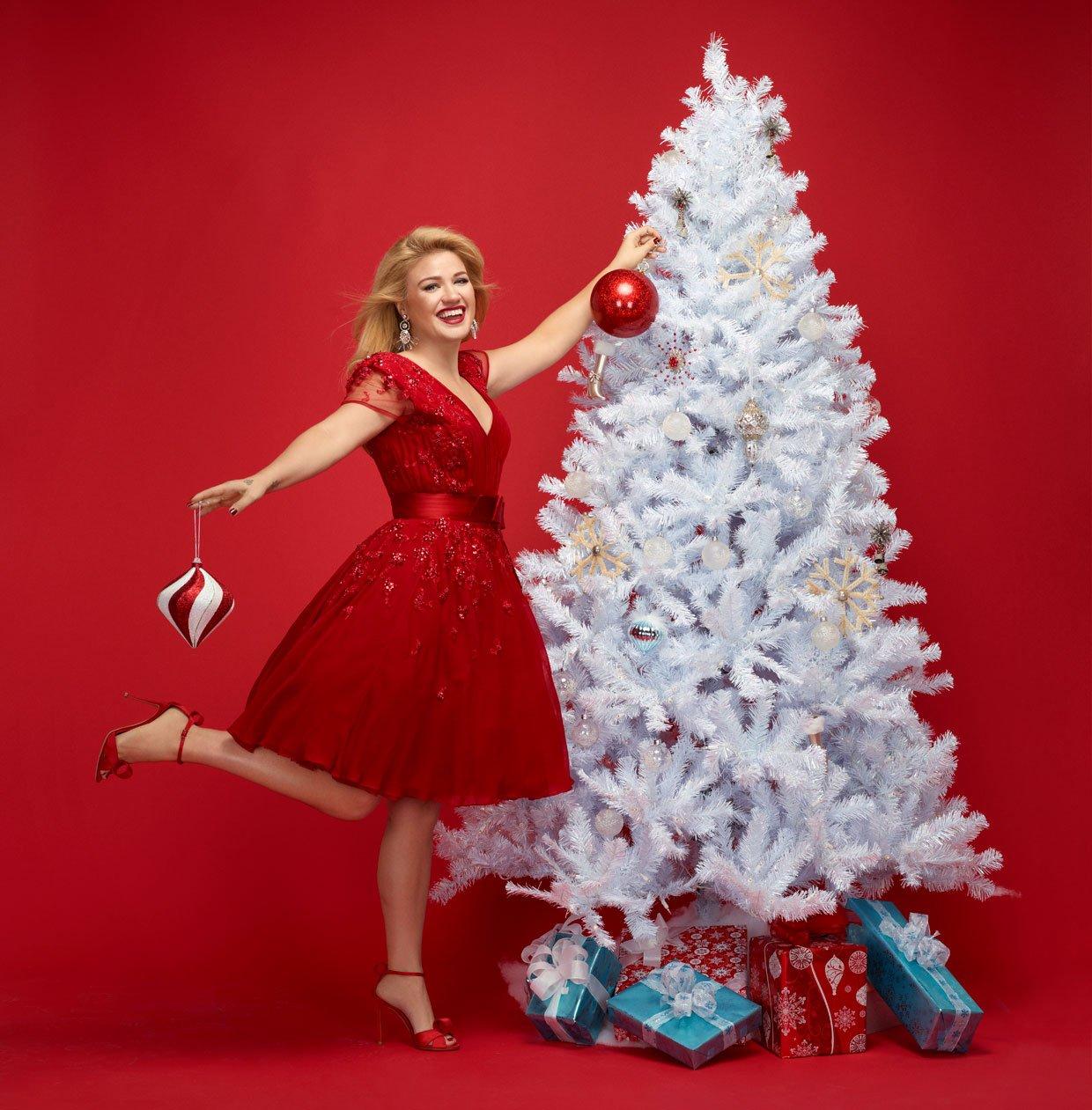 Kelly Clarkson berobbant 2021 első karácsonyi dalával!