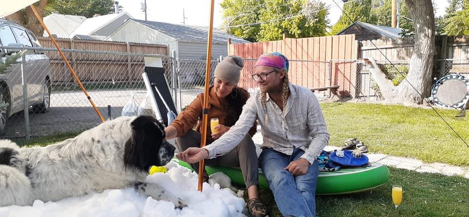Szívmelengető összefogás egy télimádó kutyus utolsó havas játékához
